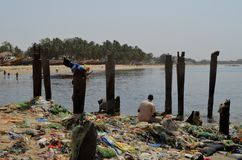 En strand som täckas av plast- kull i den liten och nätt CÃ'ten av Senegal, västra Afrika royaltyfri bild