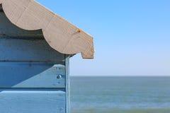 En strandkoja och havet Royaltyfri Foto