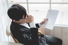 En stressad outaffärsman rymmer hans huvud arkivbild