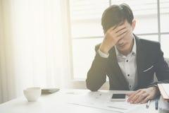 En stressad outaffärsman rymmer hans huvud i förtvivlan arkivbilder