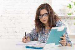 En student med att arbeta för glasögon fotografering för bildbyråer