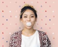 En studiostående av den unga asiatiska kvinnan Royaltyfria Bilder