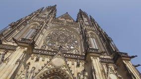 En stupéfiant autour du panorama devant la façade de la cathédrale catholique gothique antique, inclinez  banque de vidéos