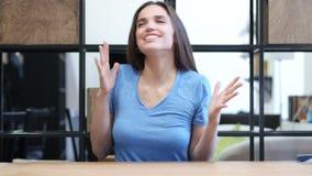 En succesvol succes, Vrouw die, Bureau, Jongelui, vieren toejuichen, stock footage