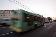 En suddig trådbuss på gatan Royaltyfria Foton