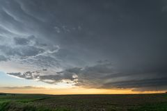 En supercellåskväder med mammatusmoln över slättarna av östliga Colorado på solnedgången royaltyfria foton