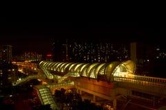 En superterranean gångtunnelstation i natten Royaltyfri Bild