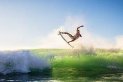 En surfare gör tricket, Bali Arkivbilder