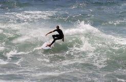 En surfare på den Klockor stranden i Australien Royaltyfri Bild