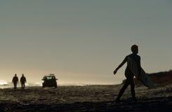 En surfare på en strand i Sydafrika. Arkivfoto