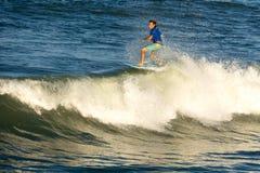 En surfare rider ett vågrör II royaltyfri foto