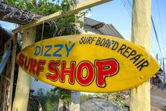 En surfingbräda som annonserar en affär royaltyfria bilder