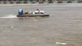 En svävfarkost på havet seglar i vinden och vågorna royaltyfria foton