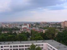En svagt urbaniserad stad från fönstret av byggnaden Royaltyfri Fotografi