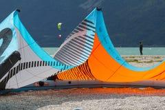 En svalla drake som ligger på en strand i sjön av Santa Croce Arkivfoto