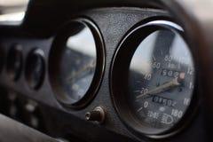 En svart kontrollbord i en gammal bil fotografering för bildbyråer