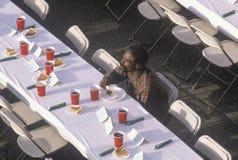 En svart man som äter jul, deserterar på det hemlösa skyddet, Los Angeles, Kalifornien royaltyfri foto