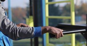 En svart man utbildar utomhus stock video