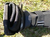 En svart en ortopediskt eller medicinsk känga, ensemble eller skodon royaltyfria foton