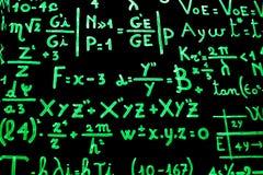 En svart tavla mycket av matematiska likställande som är skriftliga med fosforescerande målarfärg som ska göras lättare lära Royaltyfria Bilder
