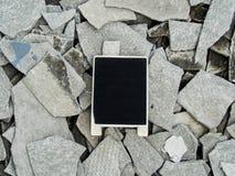 En svart tavla på den murkna övergav cementbyggnadsröran med Royaltyfri Fotografi