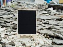En svart tavla på den murkna övergav cementbyggnadsröran med Royaltyfria Bilder