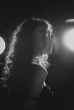 En svartvit bild av en härlig ung kvinna. Noir stil för film. Filtrerat Arkivfoton