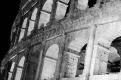 En svartvit bild för hög kontrast av Colosseumen i Rome a royaltyfria foton