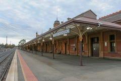 En sydgående sikt av plattformen på den historiska Maryborough järnvägsstationen Fotografering för Bildbyråer