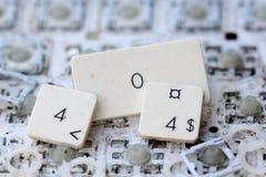 En tät sikt av några tangenter på ett smutsigt gulnat tangentbord Arkivfoto