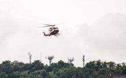 En tävla av räddningsaktionhelikoptern för den Morandi bron arkivbilder