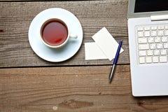 En té de la tabla del vintage, tarjetas del ordenador portátil y de visita Fotografía de archivo