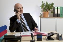 En téléphonant l'homme d'affaires, fermez-vous  image stock