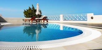 En-tête de relaxation de station thermale de piscine images stock