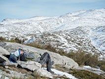 En ta sig en tupplur på berget fotografering för bildbyråer