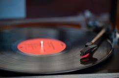 En tabell för vinylrekord och vänd royaltyfria bilder