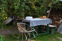 En tabell i trädgården för öppen luft fotografering för bildbyråer