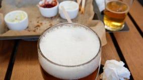 En tabell med öl i baren och tomma plattor av mellanmål Irl?ndsk barbakgrund lager videofilmer