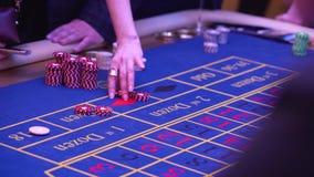 En tabell med en roulett i en kasino Croupier ger ut ett pris Spela f?r pengar Folket gör vad på roulett lager videofilmer