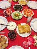 En tabell mycket av mat och drinken för matställe Arkivfoto