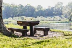 En tabell och en stol Arkivbilder