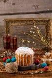 En tabell som tjänas som för påsk Ny rysk kaka och färgade vaktelägg på en träbakgrund Med en forntida ram i bakgrunden Royaltyfria Foton