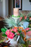 En tabelluppsättning med rosor Royaltyfria Bilder