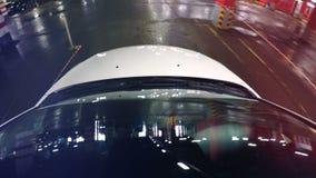 En-tablero-cámara del Pov en una capilla del coche Luces de estacionamiento reflectoras del undeground del parabrisas metrajes