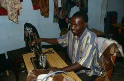 En tailor på arbete i Burundi arkivbilder