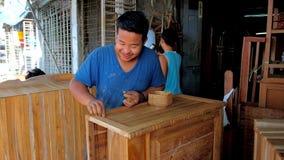 En taller del carpintero en Chinatown, Rangún, Myanmar almacen de metraje de vídeo