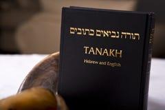 En Tanakh och en shofar Arkivbilder