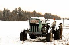 En tappningFord traktor i snön Arkivfoton