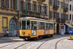 En tappningspårvagn i mitten av Milan Arkivfoto