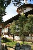 En tekanna var pålagd en vägg i borggården av en buddistisk tempel nära Paro (Bhutan) Arkivbilder